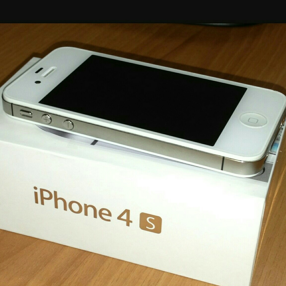 iphone 4s .. with charger and s.protector