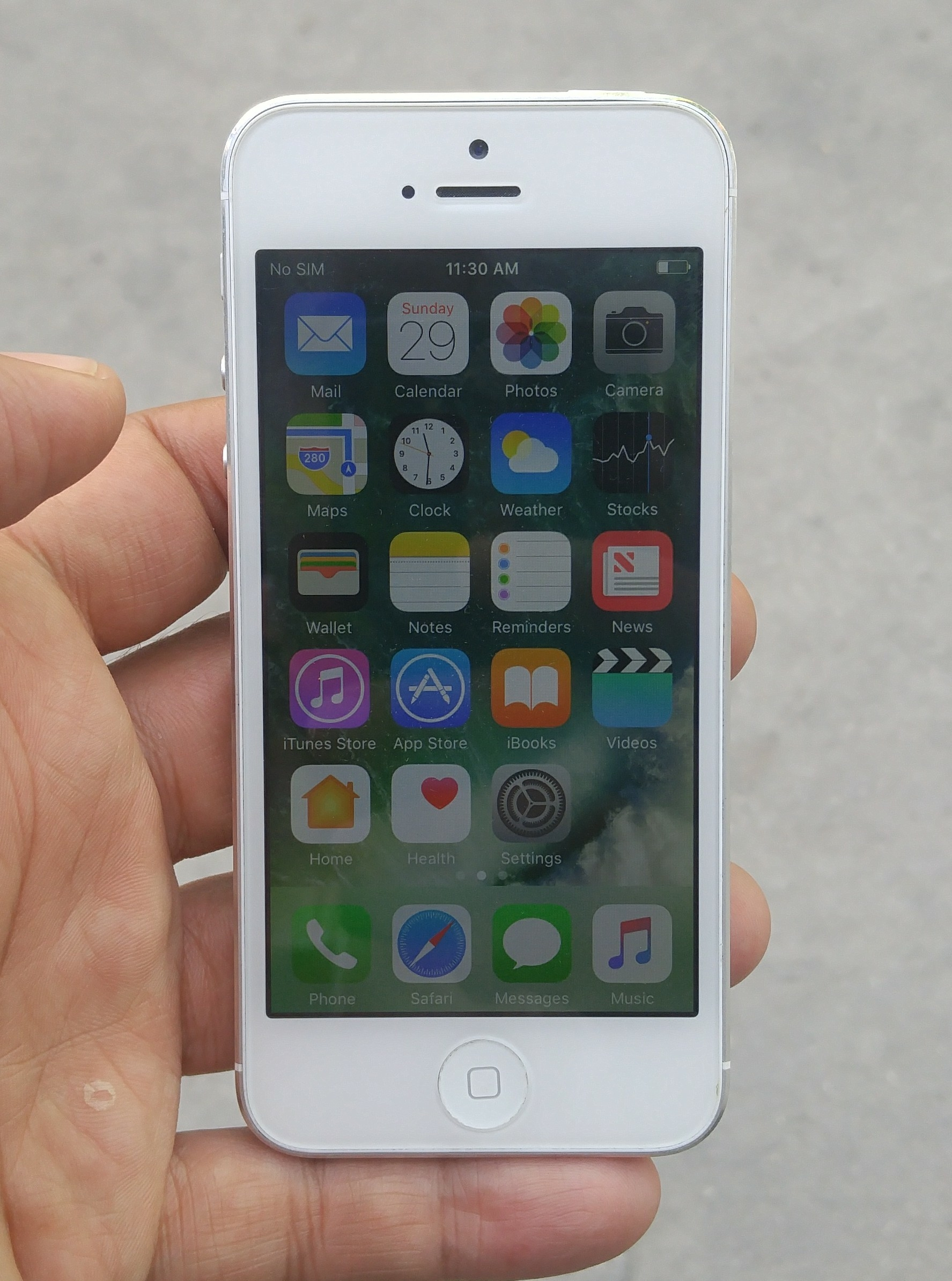 Apple IPhone 5 16GB Very good Condition Facetime  ..Along Charger