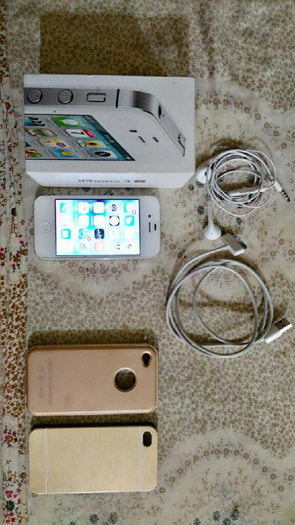 iPhone 4s.16gb.with cable and 2 back cov