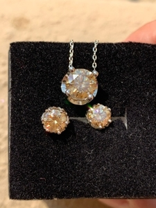 Used Moissanite diamond earring and pendant in Dubai, UAE