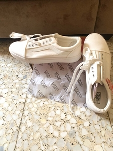 Used VANS OLD SCHOOL WHITE in Dubai, UAE