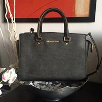 #Authentic Michael Kors Selma Large Preloved- used only few times - perfect condition - comes with dust bag, tag & care card