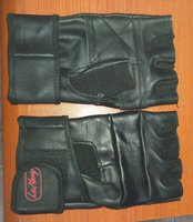 Used Jim gloves in Dubai, UAE