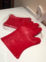 Heat resistant gloves red