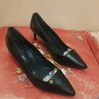 Used TORY BURCH LEATHER SHOES.. SIZEUS 6M.. in Dubai, UAE