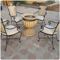 Used SOLID METAL per forge 4chairs and table. in Dubai, UAE