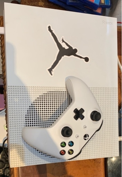 Used Xbox one s with 2game in Dubai, UAE