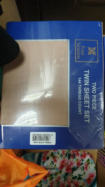 Used 2 sets of bed sheet and pillow🧊🧊🧊 in Dubai, UAE
