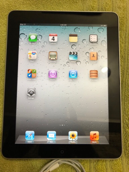 Used iPad 1st generation 64GB with cable in Dubai, UAE