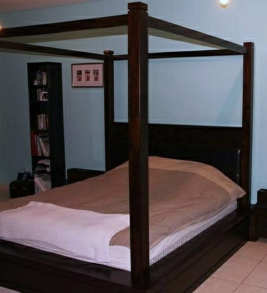 Used King size post bed in Dubai, UAE