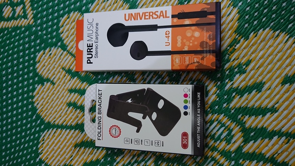 Used Headphones and mobile stand an in Dubai, UAE