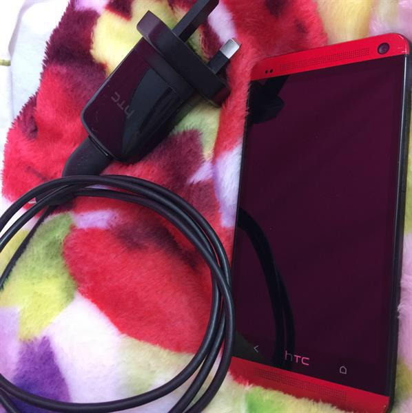 Used HTC One M7 4G 32gb With Built-in Beats Audio Speaker. With Its Original Charger 👍 in Dubai, UAE
