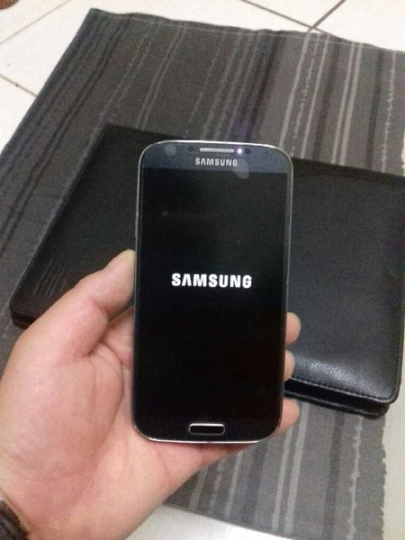 Used SAMSUNG GALAXY S4 Mobile With Charger in Dubai, UAE