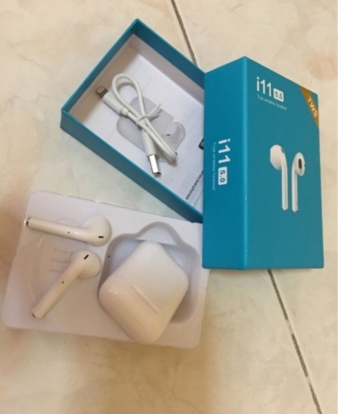 Used I11 premium quality airpods with case in Dubai, UAE