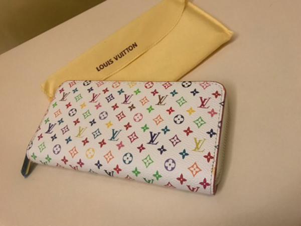 Used Fashioned white LV wallet for Her w/ box in Dubai, UAE