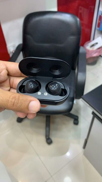 Used Samsung earbuds with high bass in Dubai, UAE