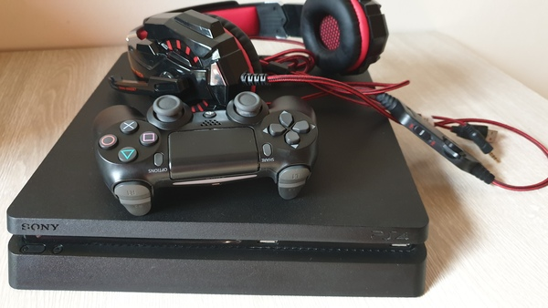 Used Ps4 slim 1tb and controller and headset in Dubai, UAE
