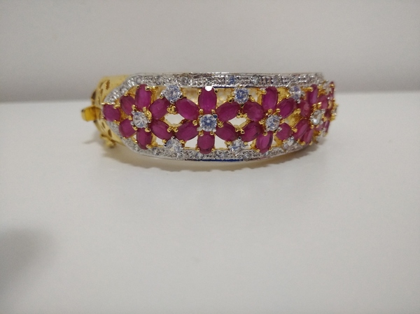 Used Women bracelet in Dubai, UAE