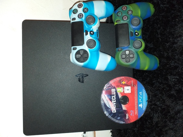 Used Ps4 with handgmae and driveclub game in Dubai, UAE