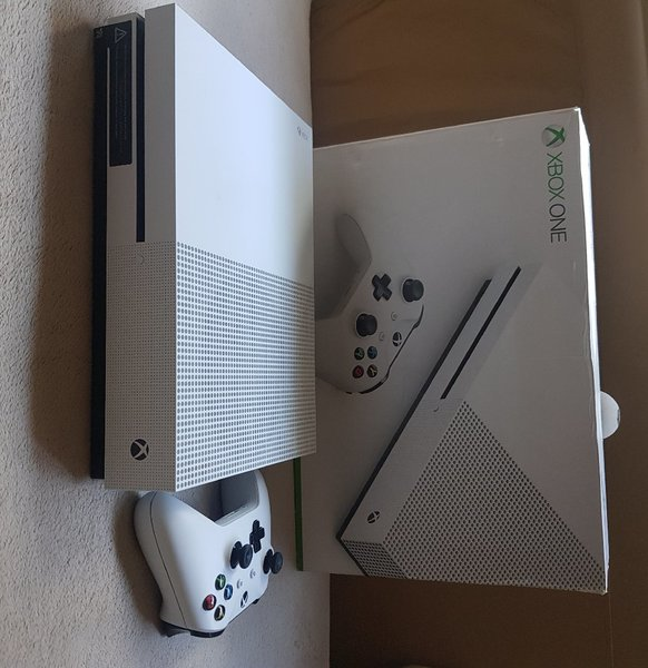 Used Xbox one with one controller in Dubai, UAE