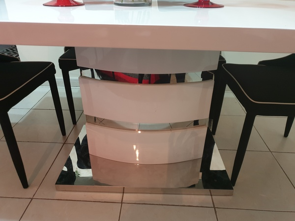 Used Dining table with chairs in Dubai, UAE