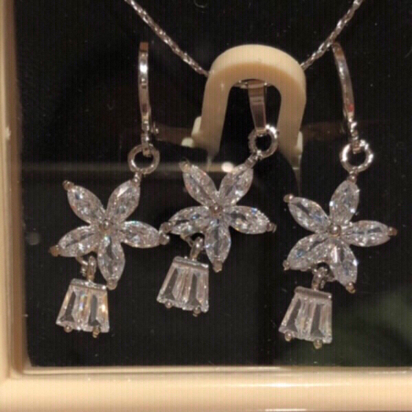 Used Earrings and necklace set new in Dubai, UAE