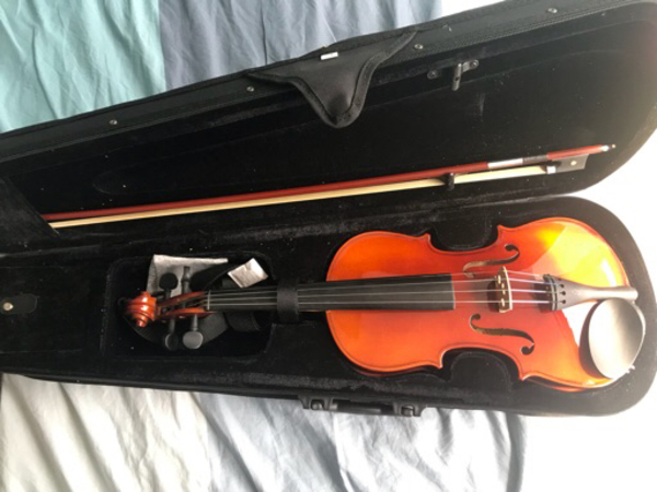 Used Violin kapok 4/4 with bow and case in Dubai, UAE