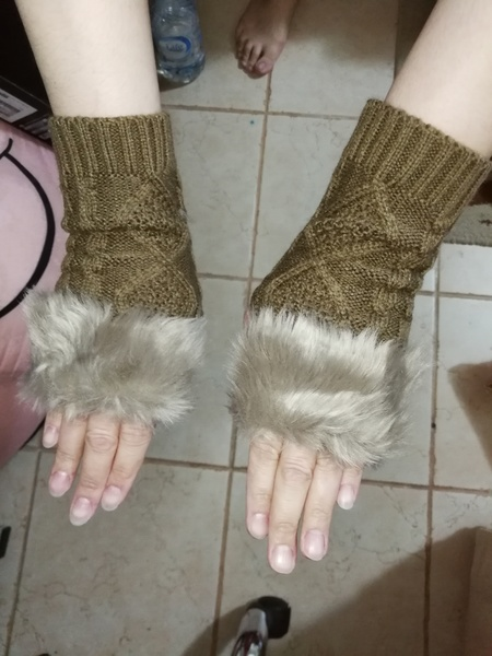 Used Nice whool brown color gloves for her in Dubai, UAE