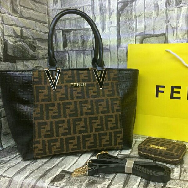 Used ⛄❄FENDI HANDBAG 👜 WALLET 👛 SET in Dubai, UAE