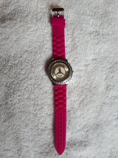 Used Watch pink color Mercedes Benz New in Dubai, UAE