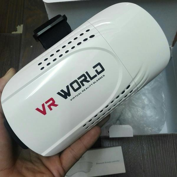 Used vr headset with remote in Dubai, UAE