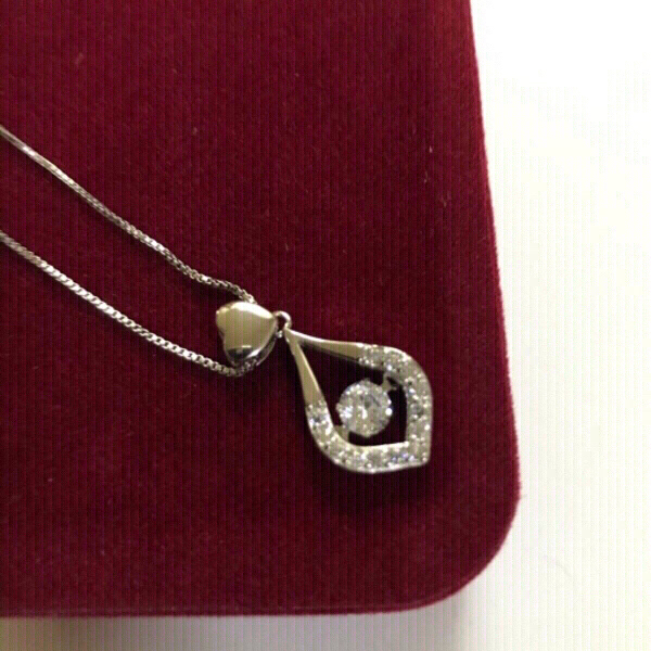 Used s925 twinkling heart necklace (new) in Dubai, UAE