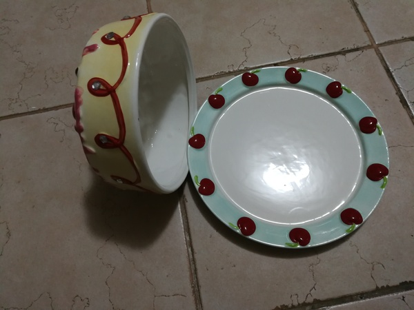 Used Cake dish with cake cover in Dubai, UAE