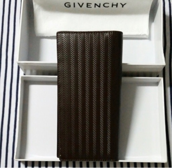 Used Givenchy wallet unisex authentic  in Dubai, UAE
