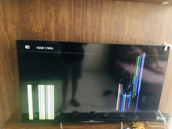 Used Sony smart tv 50inch (cracked screen) in Dubai, UAE