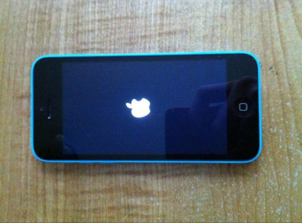 Used iPhone 5c 16 Gb Server Trouble .. Can Be Use As A Part Or Fixed in Dubai, UAE