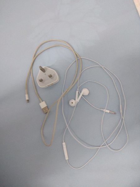 Used Original iphone charger &earphone in Dubai, UAE