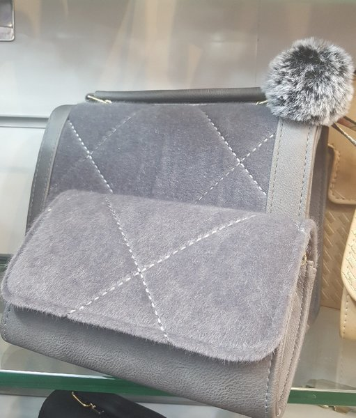 Used Trendy bag with free wallet in Dubai, UAE
