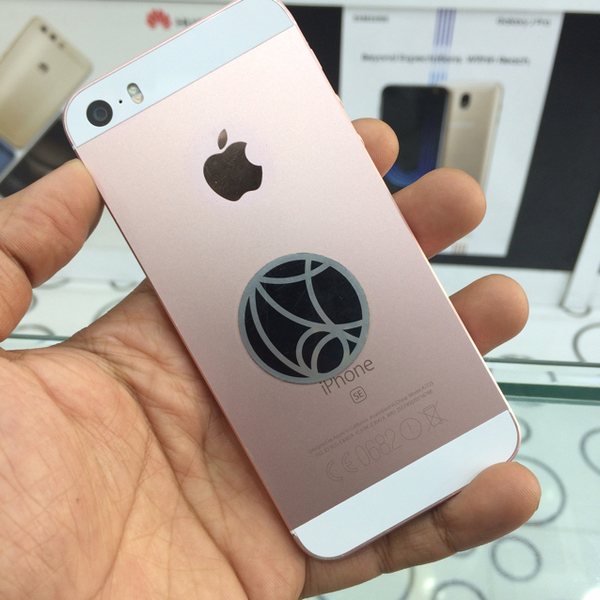 Used Iphone Se 64GB Rose Gold With Box in Dubai, UAE