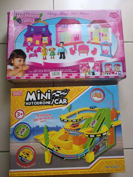 Used 2 toys. Car autodrom and House in Dubai, UAE