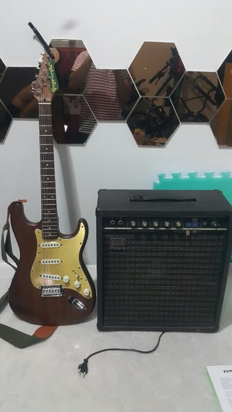 Used Electric guitar and amp in Dubai, UAE