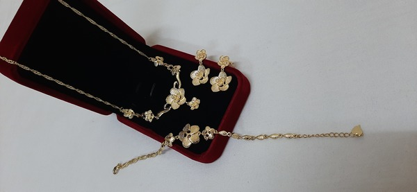 Used New gold jewellery flowers 3pcs in Dubai, UAE