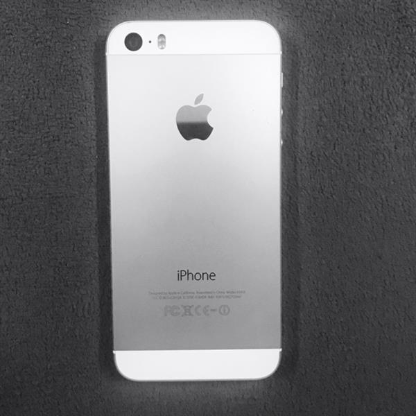 IPHONE 5s.   32 GB. SILVER COLOR
