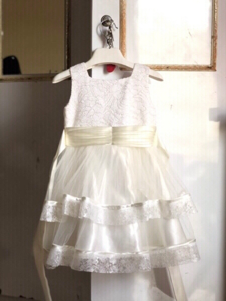 Used White lace gown with floral  ✨body 👧👇 in Dubai, UAE