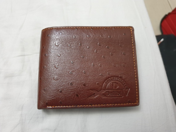 Used 3 items:New men wallet ,watch and caps in Dubai, UAE