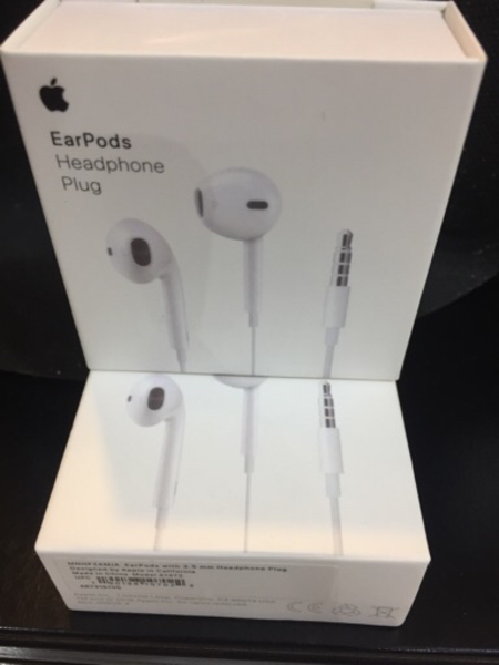 Used AirPods headphones plug headset 2pcs in Dubai, UAE