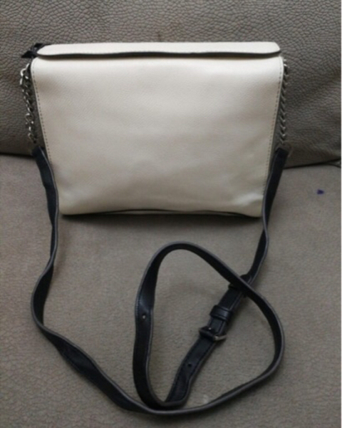 Used AUTHENTIC DKNY LEATHER SLINGBAG.. in Dubai, UAE