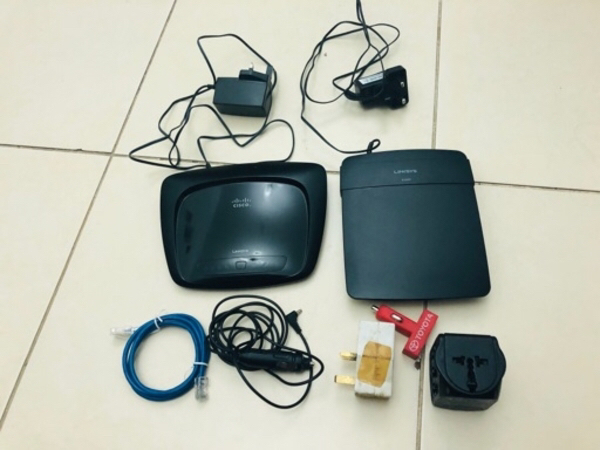 Used 2 routers Cisco LINKSYS & sum wires,plug in Dubai, UAE