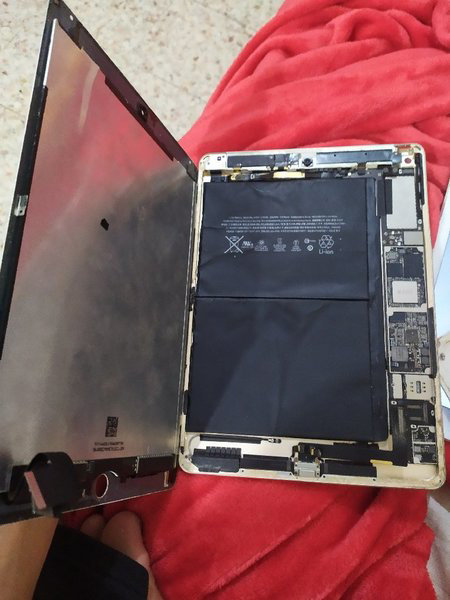 Used 4 iPads for and 1 iphone spareparts in Dubai, UAE