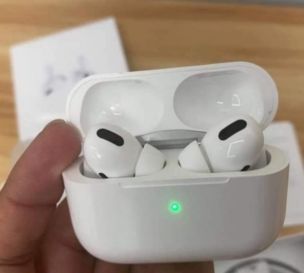 Used BLACK AIRPODS ELE1 HIT ITEM 💥💥 in Dubai, UAE
